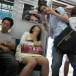 Đừng bao giờ ngủ thế này trên xe!