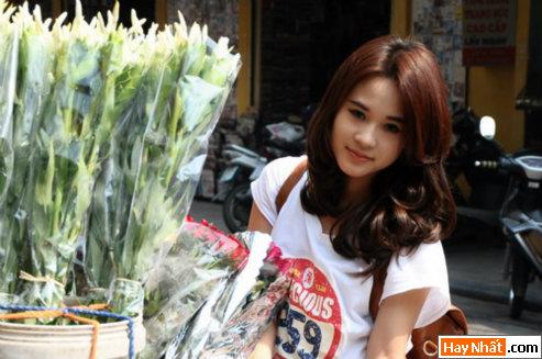 Diễm Hằng khoe dáng trên chợ hoa